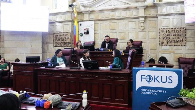 """""""La paz pasa por la tierra y las manos de las mujeres campesinas"""", dice Ángela Robledo"""