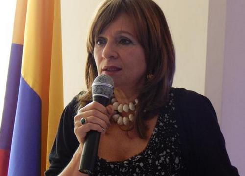 En el caso de vendedores informales Peñalosa viola la Constitución, dice Ángela Robledo